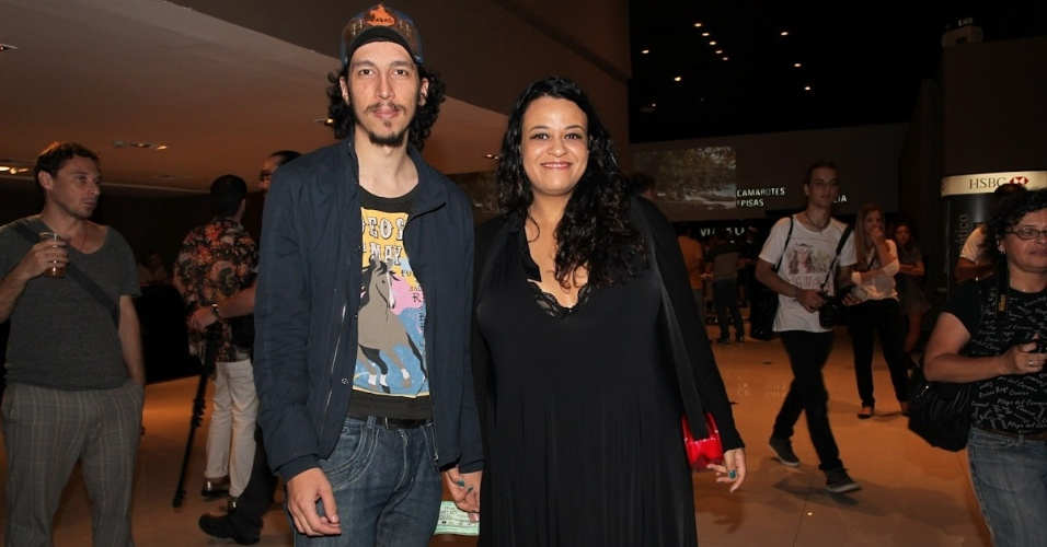 3.fev.2013 - A cantora Tulipa Ruiz vai ao show de Baby do Brasil com o namorado no HSBC Brasil, em São Paulo