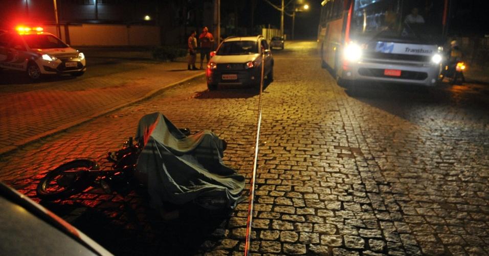 3.fev.2013 - A Polícia Militar de Santa Catarina matou um homem suspeito de planejar ataques contra policiais de folga, neste domingo (3), em Joinville. Outro suspeito foi preso. Dois caminhões e um ônibus foram incendiados no Estado na madrugada de sábado (2). Com estes casos, chegam ao menos a 33 o número de atentados em Santa Catarina desde a última quarta-feira (30)