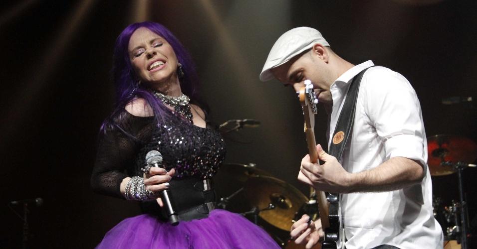 3.fev.2013 - Baby do Brasil canta com seu filho, Pedro Baby, em show de São Paulo