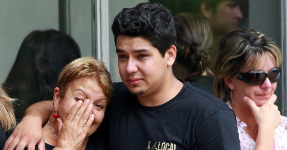 3.fev.2013 - Familiares e amigos de Bruno Portella Fricks, 22, comparecem ao velório do jovem no cemitério Santa Rita, em Santa Maria (RS). O rapaz, que estava internado em Porto Alegre, é uma das vítimas do incêndio na boate Kiss