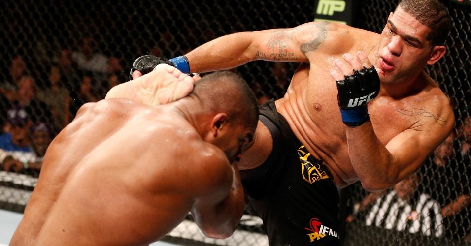 Antonio Pezão acerta golpe em Alistair Overeem durante o UFC 156: brasileiro venceu por nocaute no terceiro round