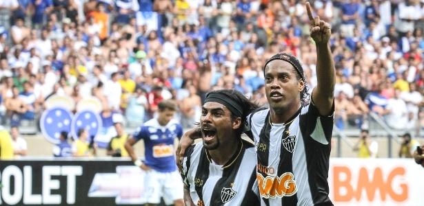 Araújo comemora com Ronaldinho gol do Atlético na derrota para o Cruzeiro