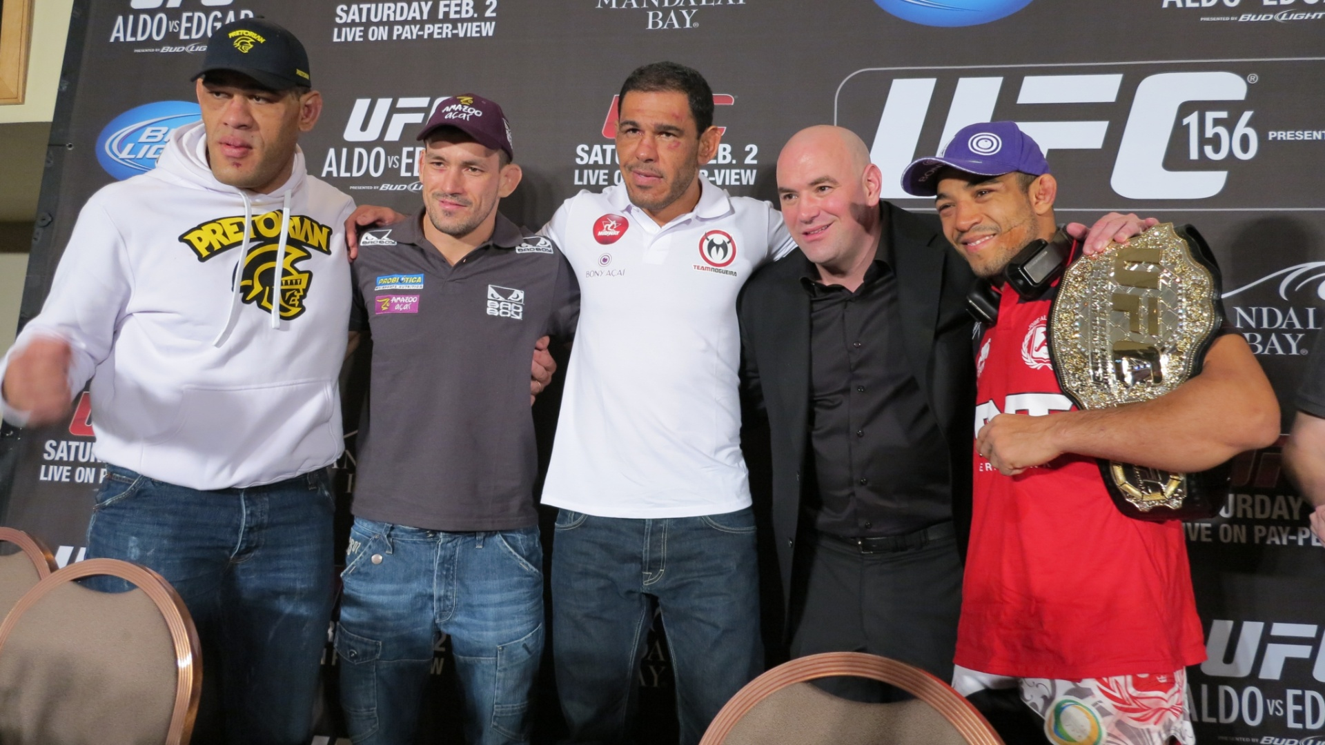 Brasileiros confraternizam com Dana White aps show no UFC 156
