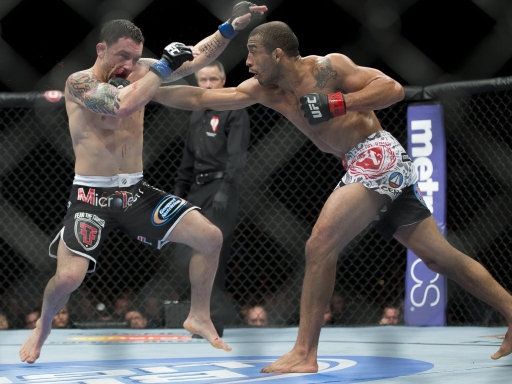 Jos Aldo acerta soco em Frankie Edgar ao tentar defender seu cinturo dos pesos penas no UFC 156