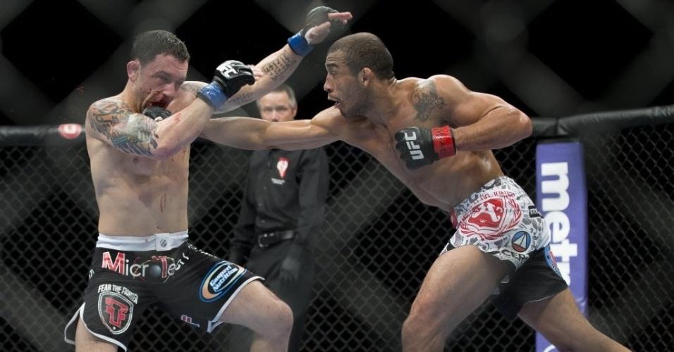 José Aldo acerta soco em Frankie Edgar ao tentar defender seu cinturão dos pesos penas no UFC 156
