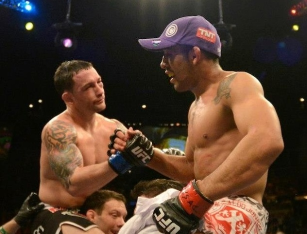 José Aldo cumprimenta o adversário Frankie Edgar após vencer por decisão unânime dos juízes e manter o cinturão dos penas no UFC 156