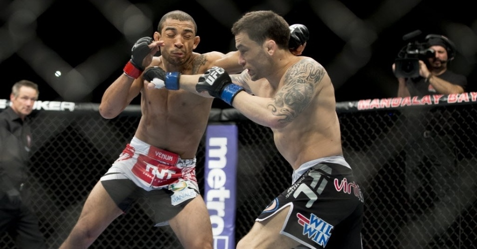 Jos Aldo (e) e Frankie Edgar trocam socos durante combate no UFC 156