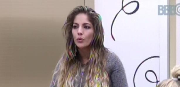 03.fev.2013 - Anamara fala mal de Marcello com Natália e Marien