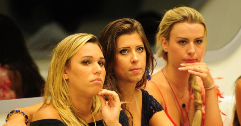 03.fev.2013 - Marien, Andressa e Fernanda prestam atenção no que Bial está falando