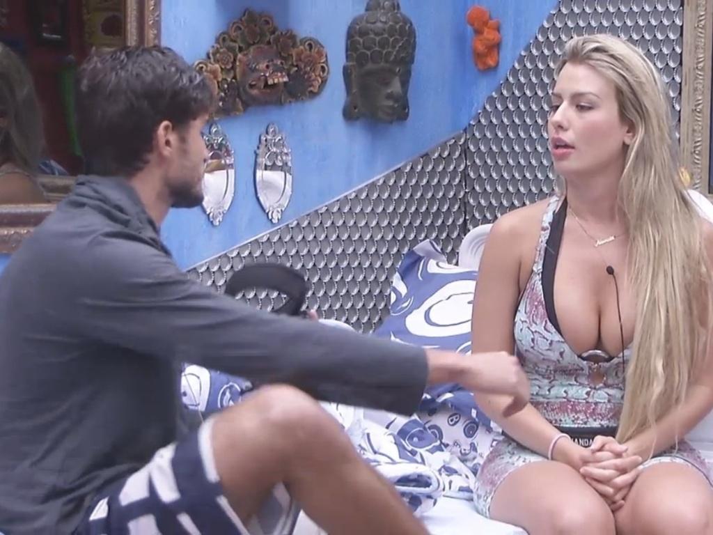 04.fev.2013 - André e Fernanda discutem o relacionamento no quarto Brechó
