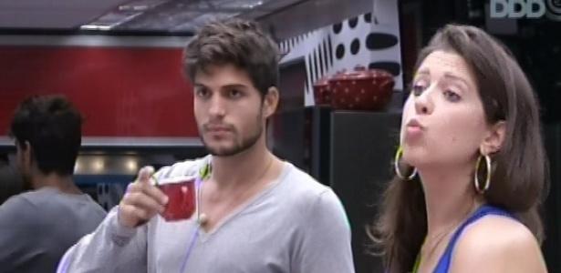04.fev.2013 - Andressa manda beijo de bom dia a Natália. A esteticista e André conversaram sobre o que devem comprar no mercadinho