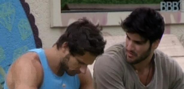 04.fev.2013 - Depois de tentar falar com Yuri, Marcello chama Eliéser para conversar