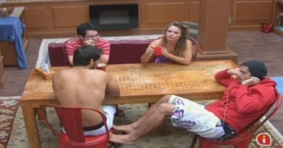04.fev.2013 - Ivan, Natália, Yuri e Eliéser conversam na cozinha da xepa