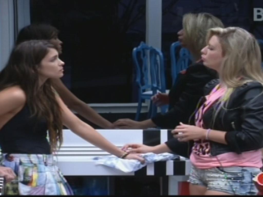 04.fev.2013 - Kamilla e Fernanda reclamam da implicância dos outros brothers com a limpeza