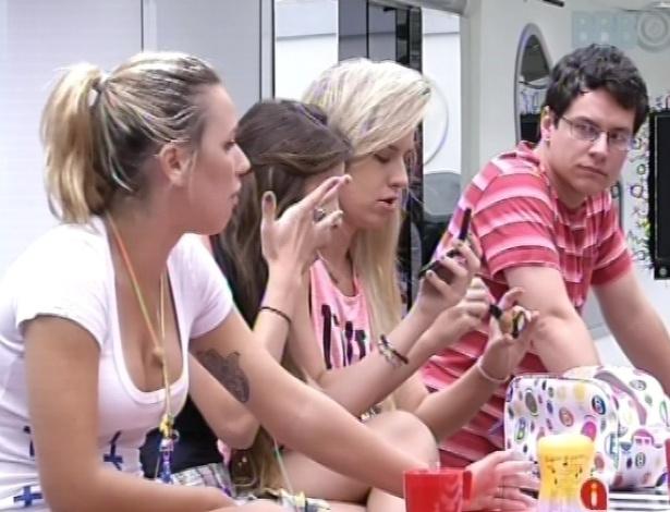 04.fev.2013 - Marien fala sobre a louça com os participantes que ficaram na casa grande nesta semana