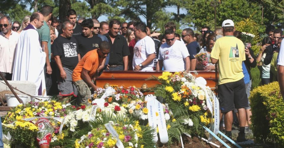 4.fev.2013 - Amigos e familiares acompanham o enterro de Bruno Portella Fricks, 22, morto no sábado (2), quase uma semana após inalar fumaça tóxica durante o incêndio da boate Kiss, em Santa Maria. Ele é a 237ª vítima da tragédia
