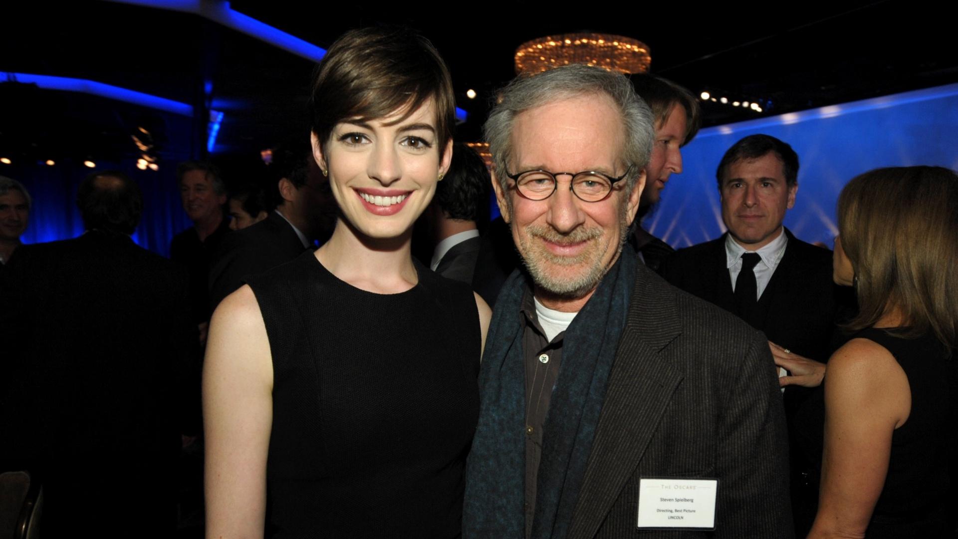 4.Fev.2013 - Anne Hathaway e Steven Spielberg participam de almoço dos indicados ao Oscar 2013