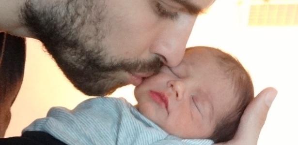 4.fev.2013 - O jogador Gerard Piqué beija o filho, Milan; a mãe Shakira divulgou a imagem e pediu para que seus fãs ajudem crianças carentes