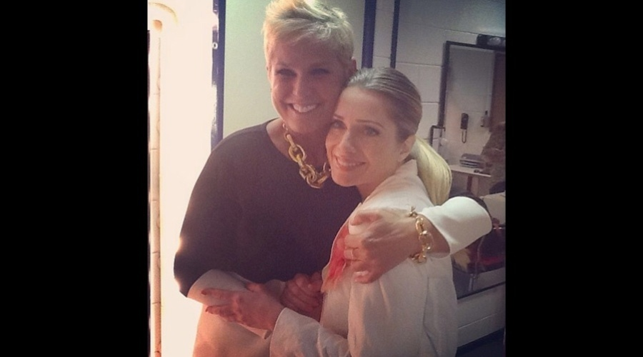 4.jan2013 - Xuxa e Letcia Spiller se abraaram nos bastidores do programa 