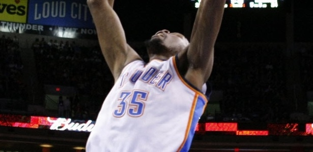 04.fev.2013 - Kevin Durant crava a bola na vitória do Oklahoma City Thunder sobre o Dallas Mavericks