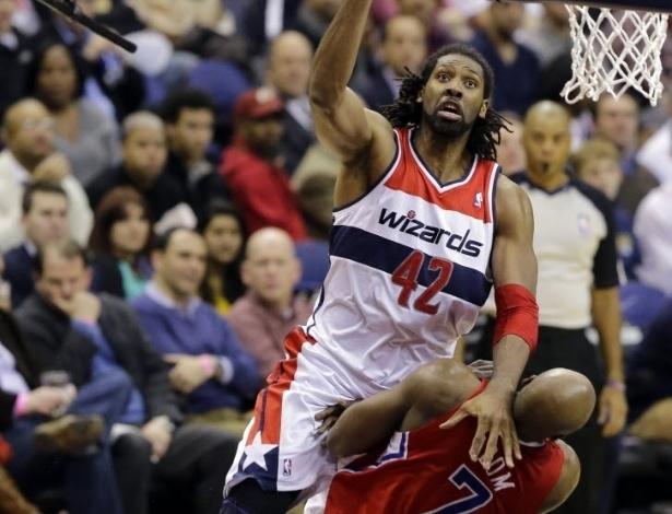 04.fev.2013 - Nenê comete falta de ataque em Lamar Odom, dos Clippers, na vitória de seu Wizards