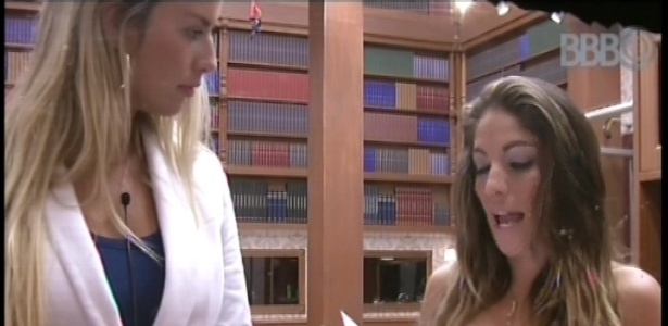 05.fev.2013 - Anamara lê para Fernanda um trecho do livro