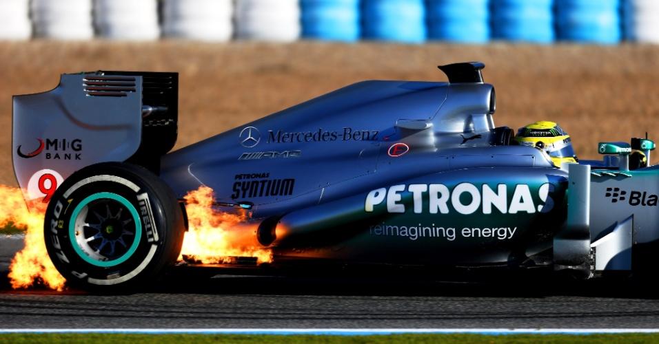 05.fev.2013 - Carro de Nico Rosberg pega fogo durante o primeiro teste coletivo da F1 em Jerez de la Frontera; a causa foi uma falha elétrica, e depois disso o alemão não voltou mais à pista