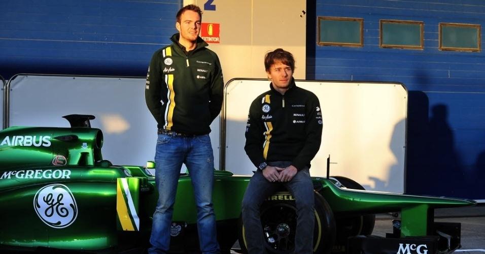 05.fev.2013 - Charles Pic (d) e Giedo van der Garde apresentam o novo carro da Caterham antes dos testes em Jerez de la Frontera