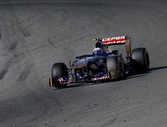 05.fev.2013 - Daniel Ricciardo, da Toro Rosso, faz a curva durante testes coletivos em Jerez de la Frontera