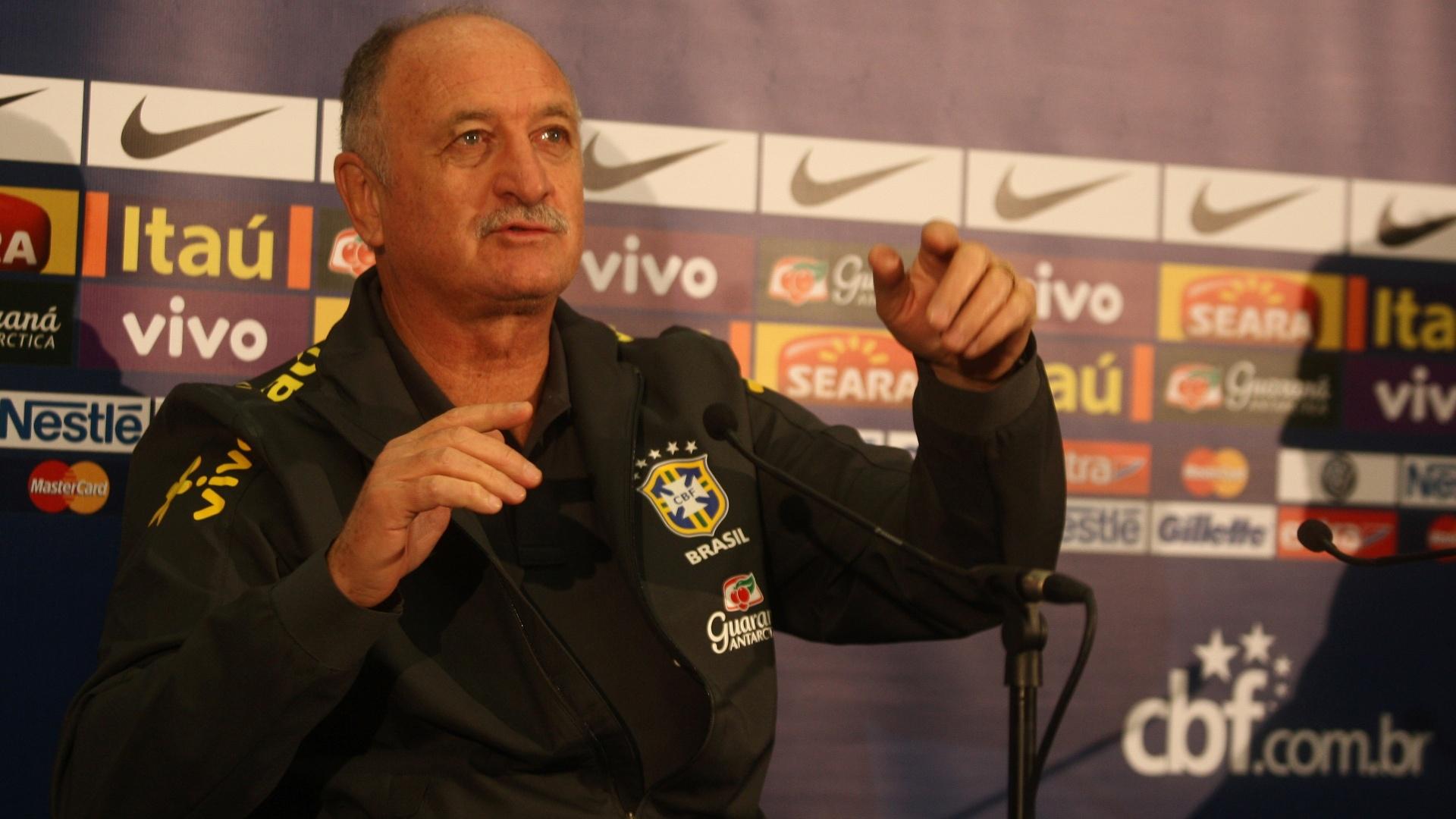 05.fev.2013 - Felipão concedeu entrevista coletiva em Londres; rouco, teve dificuldades em responder as perguntas