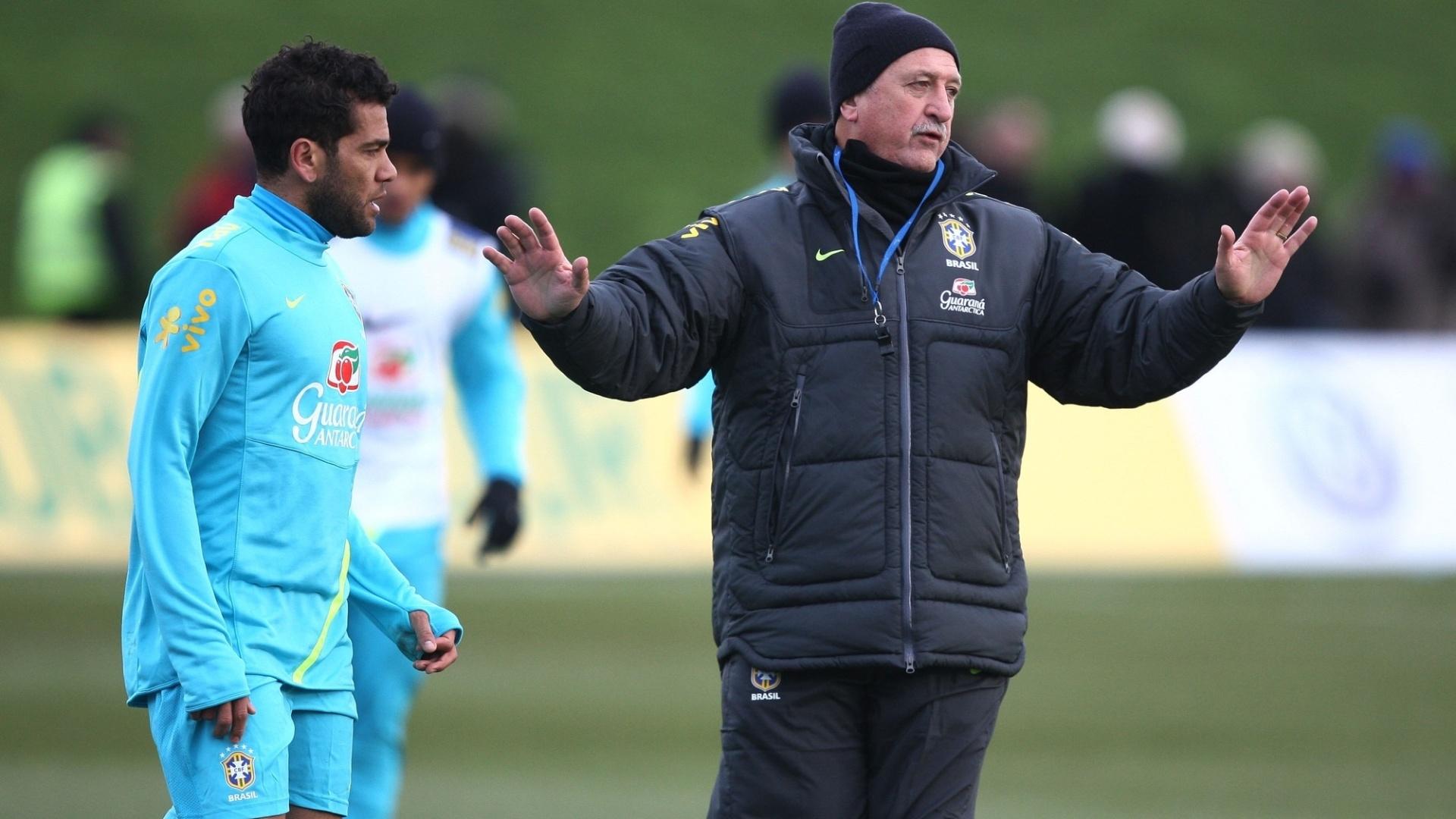 05.fev.2013 - Felipão orienta Daniel Alves em treino da seleção brasileira em Londres