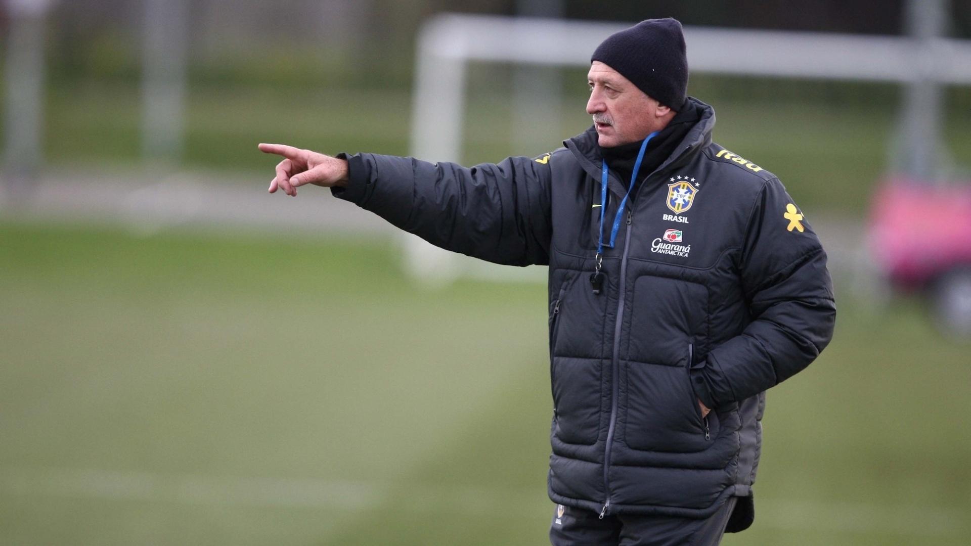 05.fev.2013 - Felipão orienta jogadores durante treino da seleção brasileira em Londres antes do amistoso contra a Inglaterra