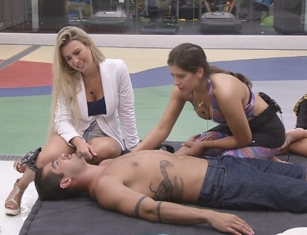 05.fev.2013 - Fernanda observa Yuri sendo massageado por Andressa no comeo da noite