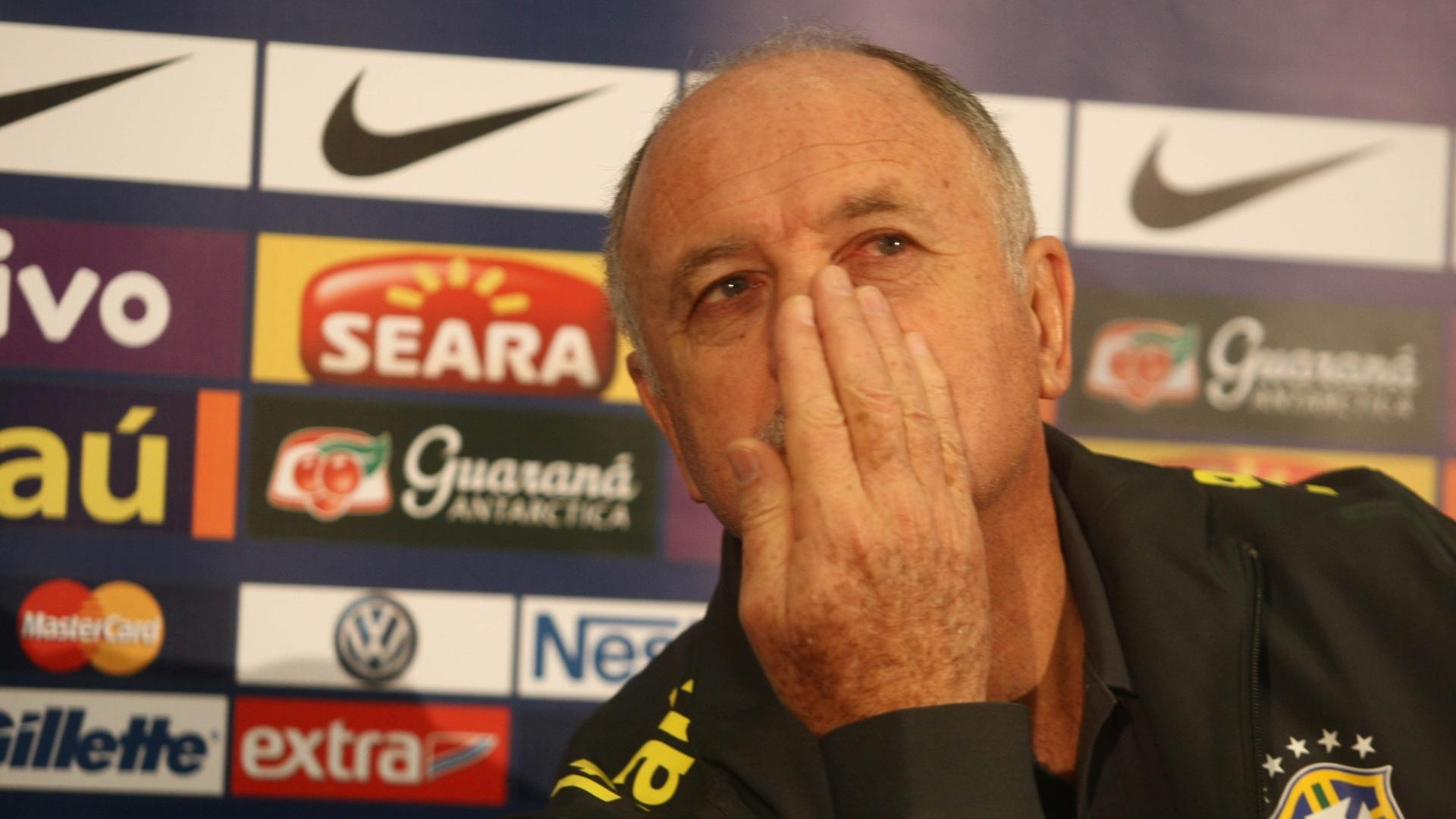 05.fev.2013 - Luiz Felipe Scolari sussurra durante coletiva em que falou sobre a preparação da seleção para o amisto contra a Inglaterra