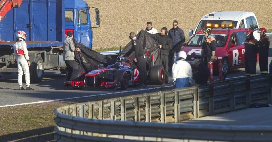05.fev.2013 - McLaren de Jenson Button é recolhida no início do primeiro teste coletivo em Jerez; apesar do problema na bomba de combustível, ele voltou e marcou o melhor tempo do dia
