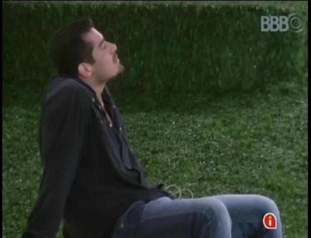 05.fev.2013 - Minutos antes de o programa começar, Yuri ficou olhando o céu no jardim da casa