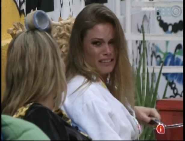 05.fev.2013 - Natália chora ao falar sobre os emparedados Fani e Yuri