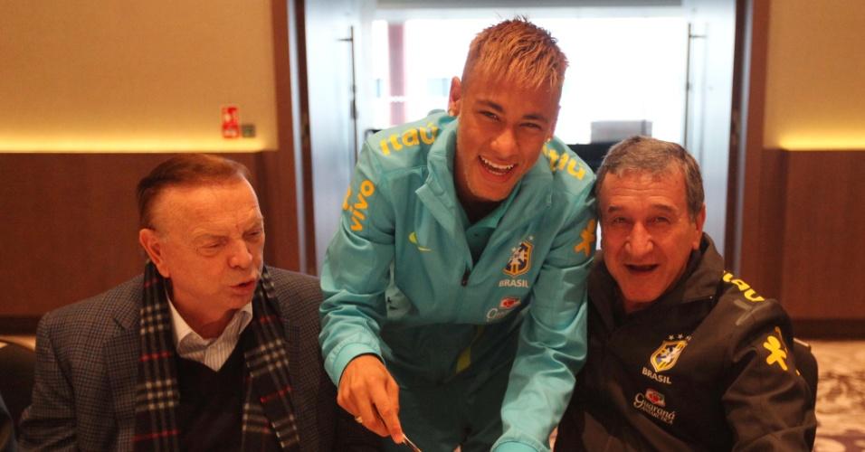 05.fev.2013 - Neymar corta pedaço de bolo ao lado de Carlos Alberto Parreira e José Maria Marín, para comemorar seus 21 anos em Londres, com a seleção