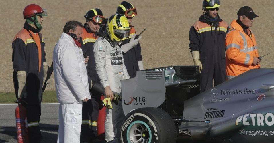 05.fev.2013 - Nico Rosberg observa sua Mercedes após falha mecânica que o tirou do primeiro teste coletivo em Jerez de la Frontera
