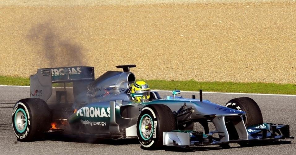 05.fev.2013 - Nico Rosberg tem problemas com sua Mercedes e causa bandeira vermelha durante o primeiro teste da temporada, em Jerez, na Espanha