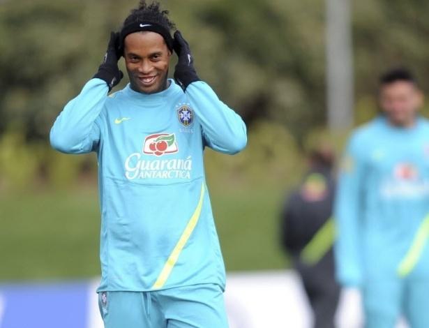 05.fev.2013 - Ronaldinho Gaúcho arruma cabelo em treino da seleção brasileira