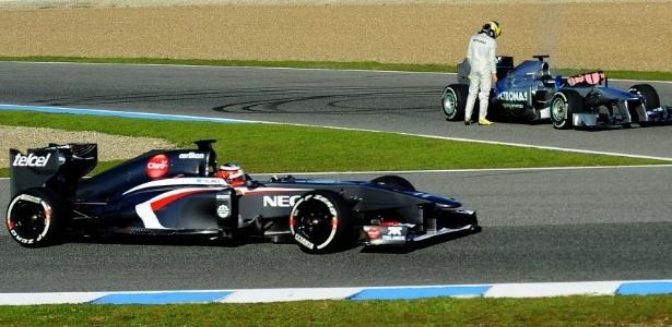 05.fev.2013 - Sauber de Nico Hulkenberg passa pela Mercedes quebrada de Nico Rosberg durante testes coletivos em Jerez de la Frontera