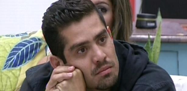 Yuri ouve com atenção o discurso de Bial, no qual ele criticou o comportamento dos veteranos