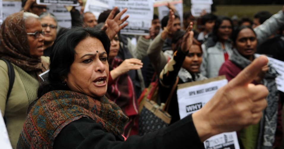 4.fev.2013 - Indianos participam de um protesto nesta segunda-feira (4) exigindo a aplicação de punições mais duras e julgamentos mais rápidos para casos de estupro em Nova Déli, na Índia