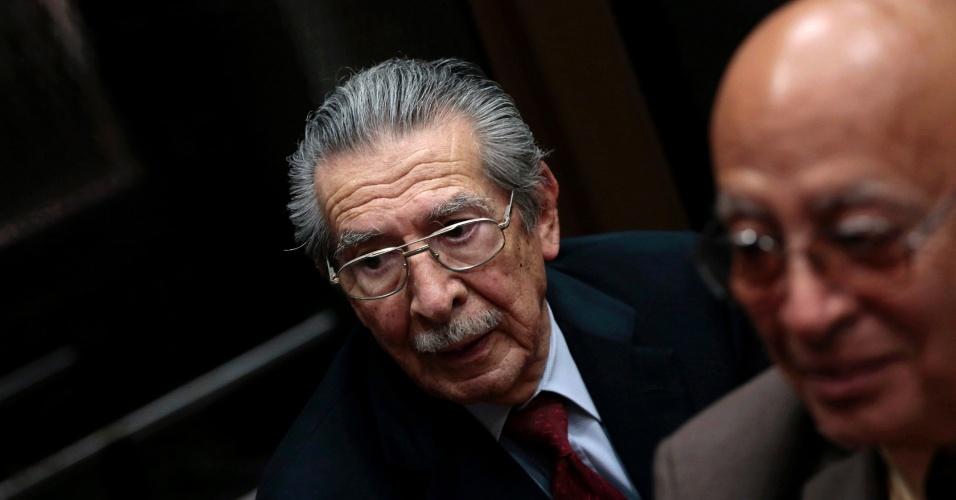 O ex-ditador da Guatemala Efrain Rios Montt, 86, é acompanhado por seu advogado durante julgamento na Corte Suprema, na Cidade da Guatemala, ... - 4fev2013---o-ex-ditador-da-guatemala-efrain-rios-montt-86-e-acompanhado-por-seu-advogado-durante-seu-julgamento-na-corte-suprema-na-cidade-da-guatemala-montt-governou-o-pais-entre-os-anos-de-1982-e-1360040642338_956x500