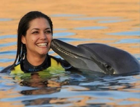 4.fev.2013 - Thaís Fersoza posa ao lado de golfinho