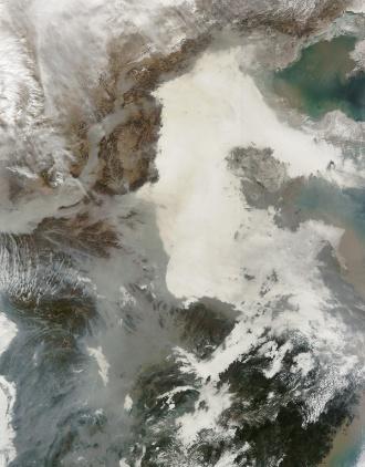 5.fev.2013 - A densa poluição que aplacou metrópoles da China em janeiro pode ser vista dos satélites da Nasa (Agência Espacial Norte-Americana) no espaço