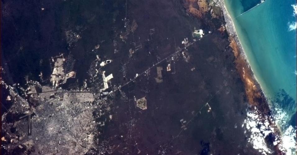"""5.fev.2013 - A paisagem do México foi registrada pelo astronauta Chris Hadfield em 5 de fevereiro. """"Depois de uma breve pausa, volto com uma bela imagem de Mérida, Yucatán, em linha reta para o Golfo do México"""", escreveu aos seus seguidores no Twitter"""