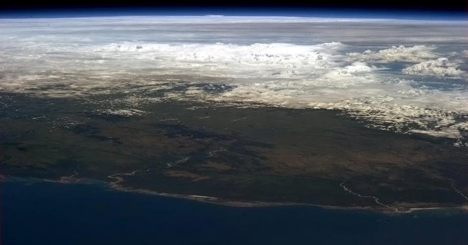 5.fev.2013 - A passagem do ciclone Felleng sobre Madagascar, na África, foi clicada por Chris Hadfield, em 5 de fevereiro