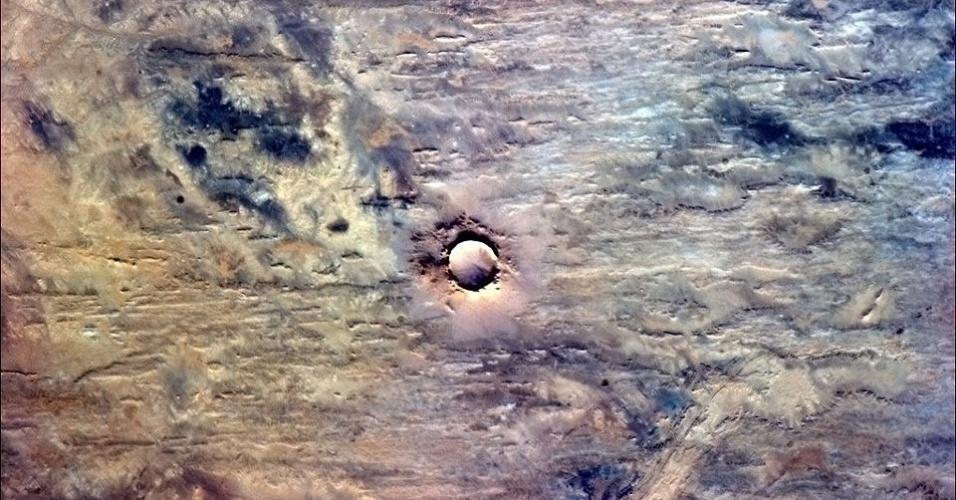 """5.fev.2013 - """"A Terra tem um umbigo! Meu palpite para esse círculo perfeito na África é uma cratera formada pelo impacto de um meteoro"""", sugere Chris Hadfield, em foto postada em janeiro de 2013"""